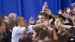 奥巴马在首都近郊维吉尼亚州的华盛顿-李高中与学生和家长见面(5月4日)