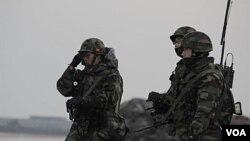 Marinir Korea Selatan berpatroli di pulau Yeonpyeong, yang menjadi sasaran serangan Korea Utara belum lama ini.