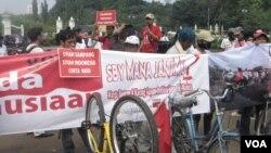 Warga Syiah dari Sampang menggelar aksi di Istana Negara setelah 15 hari bersepeda dari Surabaya, meminta Presiden mengembalikan mereka ke kampung halaman. (Foto: Dok)