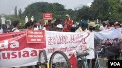 Warga Syiah Sampang setelah 15 hari bersepeda dari Surabaya, tiba di depan Istana negara, Jakarta dan menggelar aksi demo, menagih janji presiden SBY agar memulangkan mereka segera ke kampung halaman (VOA/ Andylala)