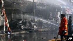 2012년 12월 얄라주에서 폭탄공격을 받은 차량과 건물