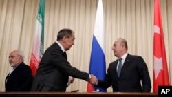 지난 20일 세르게이 라브로프 러시아 외무장관(가운데)과 메브류트 차부쇼울루 터키 외무장관이 모스크바에서 공동 기자회견을 가진 후 악수하고 있다.