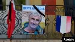 2014年9月25日,被伊斯兰国激进分子处死的法国导游古德尔的画像悬挂在法国南方小镇圣马丹韦叙比耶