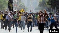 Para pendukung presiden terguling Mesir, Mohamed Morsi dan Ikhwanul Muslimin bentrok dengan oposisi mereka di Kairo (4/10).