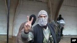 一名敘利亞反政府人員舉起勝利手勢。