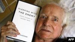 Sử gia người Mỹ Hal Vaughan ở Paris, thứ Tư 17/8/2011