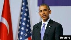 باراک اوباما رئیس جمهوری ایالات متحده در نشست خبری پس از اجلاس سران گروه ۲۰ در شهر آنتالیای ترکیه - ۲۵ ابان ۱۳۹۴