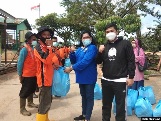 Hafiz bersama Kepala Dinas Lingkungan Hidup Pontianak, Tinorma Butar Butar pada acara kegiatan lingkungan. (Foto: Courtesy/Hafiz)