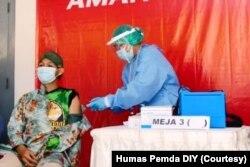 Seorang pekerja sektor informal dari kawasan Malioboro menerima vaksin. (Foto: Humas Pemda DIY)