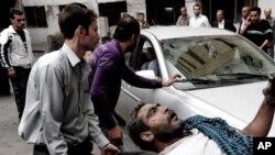 Người bị thương được đưa ra khỏi hiện trường sau một vụ nổ tại Damascus, Syria, ngày 5/11/2012.