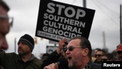 테네시 주 셰비빌에서 백인 시위 참가자가 구호를 외치고 있다.