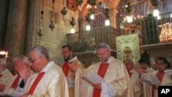 Para Pastur mengadakan misa Paskah di Gereja Holy Sepulcher di kota Tua Yerusalem. Jemaah berdatangan dari seluruh dunia ke kota di mana, menurut tradisi, Yesus disalib dan dimakamkan (foto: dok).