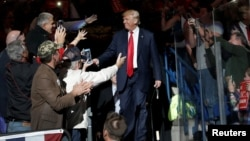 El nominado presidencial republicano, Donald Trump, hizo campaña en Wilkes-Barre, Pennsylvania, el lunes, 10 de octubre, de 2016.