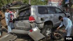 Uno de los vehículos fue dañado por la explosión que mató a un pakistaní e hirió a otros 11.