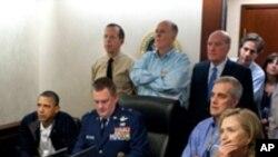 빈 라덴 사살작전 비디오를 지켜보는 오바마 대통령(좌)과 핵심측근들