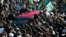 پیر کو احتساب عدالت میں پیشی کے موقع پر مسلم لیگ (ن) کے کارکنوں نے نواز شریف کی گاڑی کو گھیر رکھا ہے۔