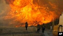 El incendio forestal en el cañón Placerita en Santa Clarita, California, el lunes, 25 de julio de 2016, ha forzado a miles de residentes a evacuar sus casas.