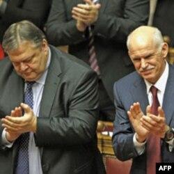 Başbakan Papandreu (sağda) Maliye Bakanı Evangelos Venizelos ile 5 Kasım günü yapılan güvenoylaması sonrasında görülüyor