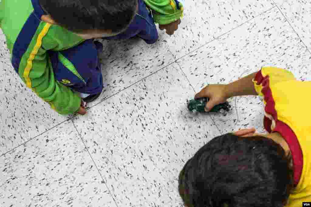 Boys playing at the Holding Institute, Laredo, Texas, Aug. 12, 2014. (VOA / V. Macchi)