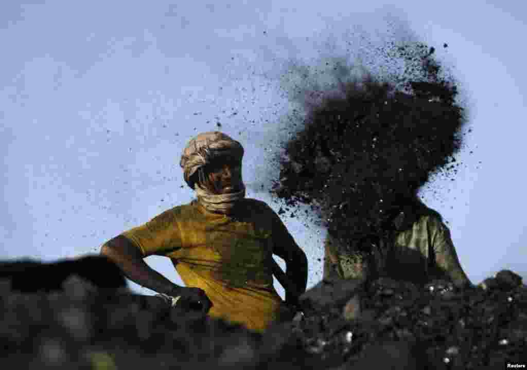 Người lao động làm việc tại một địa điểm đổ than bên ngoài Kabul, Afghanistan.