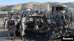 國際安全協助部隊在美國駐西阿富汗城市赫拉特領事館調查襲擊情況。