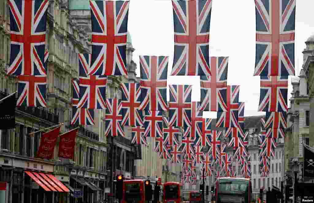 ទង់ជាតិអង់គ្លេសត្រូវបានគេដាក់នៅតាមផ្លូវ Regent Street ក្នុងក្រុងឡុងដ៍ ប្រទេសអង់គ្លេស។