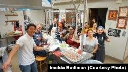 Relawan memasak 5.000 tusuk sate ayam hari Sabtu (20/05) di Gereja Riverside dalam acara Bazaar Makanan Indonesia untuk amal di Denver, Colorado (courtesy: Imelda Budiman)
