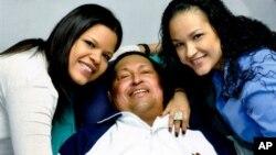 14일 쿠바 하바나에서 두 딸과 함께한 사진을 공개한 우고 차베스 베네수엘라 대통령(가운데).