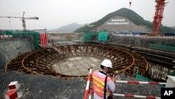 记者2009年6月4日观看中国浙江三门核电站工地。(资料照)