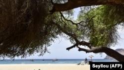 Peu de touristes fréquentent la plage de Tarrafal, au Cap-Vert en raison de la pandémie du coronavirus le 14 avril 2021.