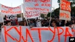 """Hiljade ljudi na """"Protestu protiv diktature"""" 9. aprila u Beogradu (AP Photo/Darko Vojinovic)"""