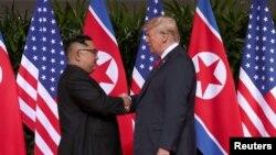 Perezida Donald Trump aramukanya na mugenzi we wa Koreya ya ruguru Kim Jong Un kw'ihoteri Capella Hotel muri Singapore
