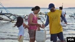 Gia đình ngư dân Philippines chuẩn bị cho một chuyến đánh cá qua đêm tại thị trấn Masinloc (Ảnh: S. Orendain/VOA)