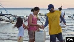 菲律宾渔民准备前往距离菲律宾海滨城市马辛洛克大约24公里的南中国海渔场捕鱼。