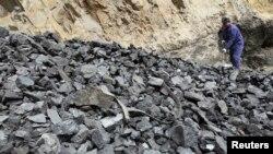 資料照:中國工人在山西省普大煤業擁有的煤礦整理煤炭。 (2011年3月24日)