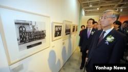 추궈훙 주한 중국대사가 지난달 24일 서울 세종문화회관에서 열린 대한민국 임시정부 수립 97주년 기념 사진전 '제국에서 민국으로' 개막식에 참석해 전시장을 둘러보고 있다.
