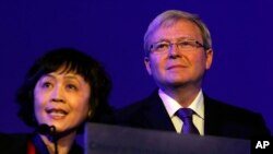 中国财新传媒总编辑胡舒立2010年11月在一次会议上介绍澳大利亚外长陆克文(右)。