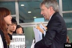 香港大學校長馬斐森進入校委會會議前與抗議的學生會代表交談。(美國之音湯惠芸攝 )