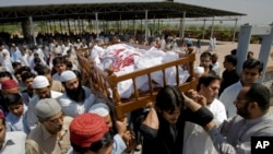 Relatives and friends carry the coffin bearing a former Pakistani intelligence officer Khalid Khawaja, who was killed by unknown militants, during his funeral in Islamabad, Pakistan, May 2, 2010.