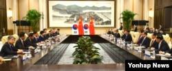 박근혜 한국 대통령(왼쪽 가운데)과 시진핑 중국 국가주석이 5일 중국 항저우에서 열린 한-중 정상회담에서 양국 현안에 대해 논의하고 있다.