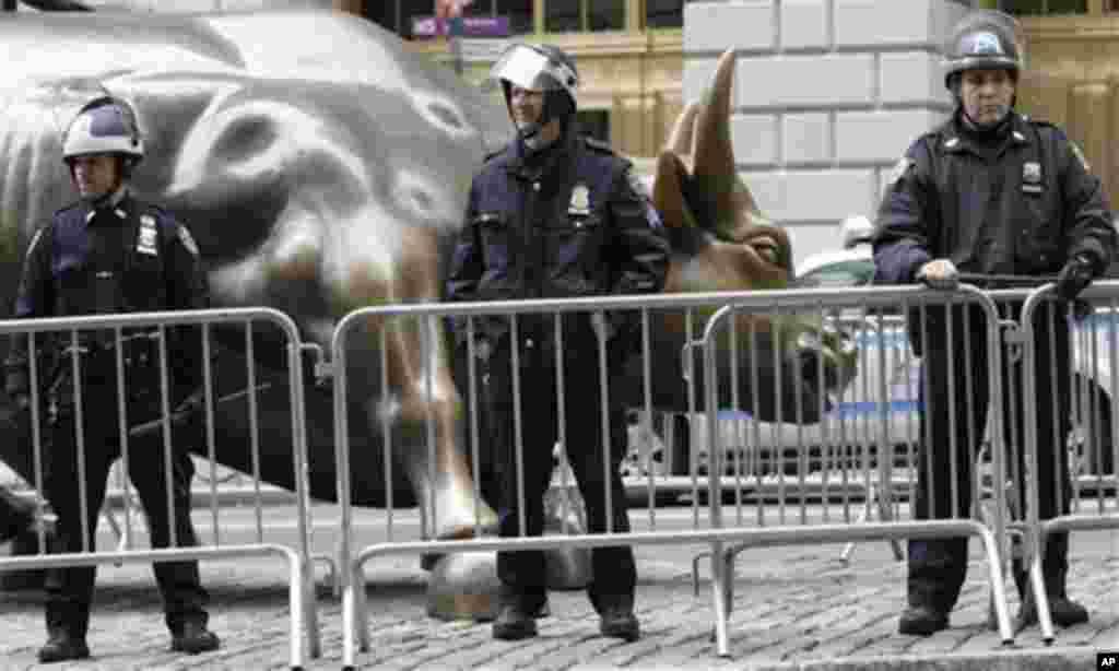 Полицијата во близина на симболот на Њујоршката берза. (AP Photo/Mary Altaffer)