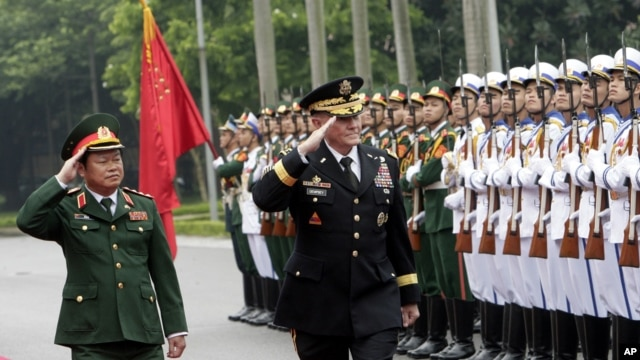 Tướng Martin Dempsey, Tổng tham mưu trưởng Liên quân Hoa Kỳ và Tướng Đỗ Bá Tỵ duyệt hàng quân danh dự tại Hà Nội, ngày 14/8/2014.