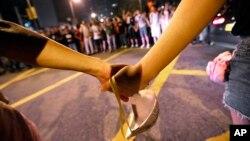 Các sinh viên xuống đường nắm tay để lập một hàng rào người trước tòa nhà chính phủ, 3/10/14