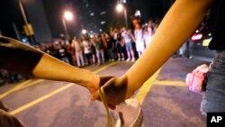 香港學生示威者組成人鍊, 以阻止示威者堵塞特首辦外的道路
