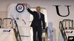 Potpredsednik SAD Džozef Bajden po dolasku na Međunarodni aerodrom u Tokiju