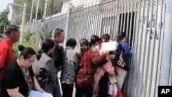 中國中央電視台接待站前排隊遞材料的訪民(資料照片)