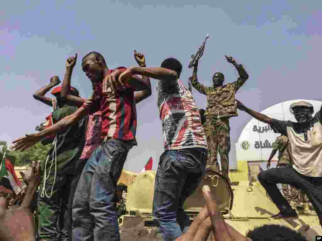 خوشحالی سودانی ها به همراه نظامیان این کشور بعد از اجبار عمر البشیر به کناره گیری. او سالها قدرت مطلق در سودان بود.