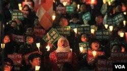 Pengunjuk rasa menentang kesepakatan perdagangan bebas Korea Selatan-Amerika di Seoul (27/11).
