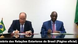 Assinatura de protocolos entre o ministro Mauro Vieira e o colega moçambicano Oldemiro Balói