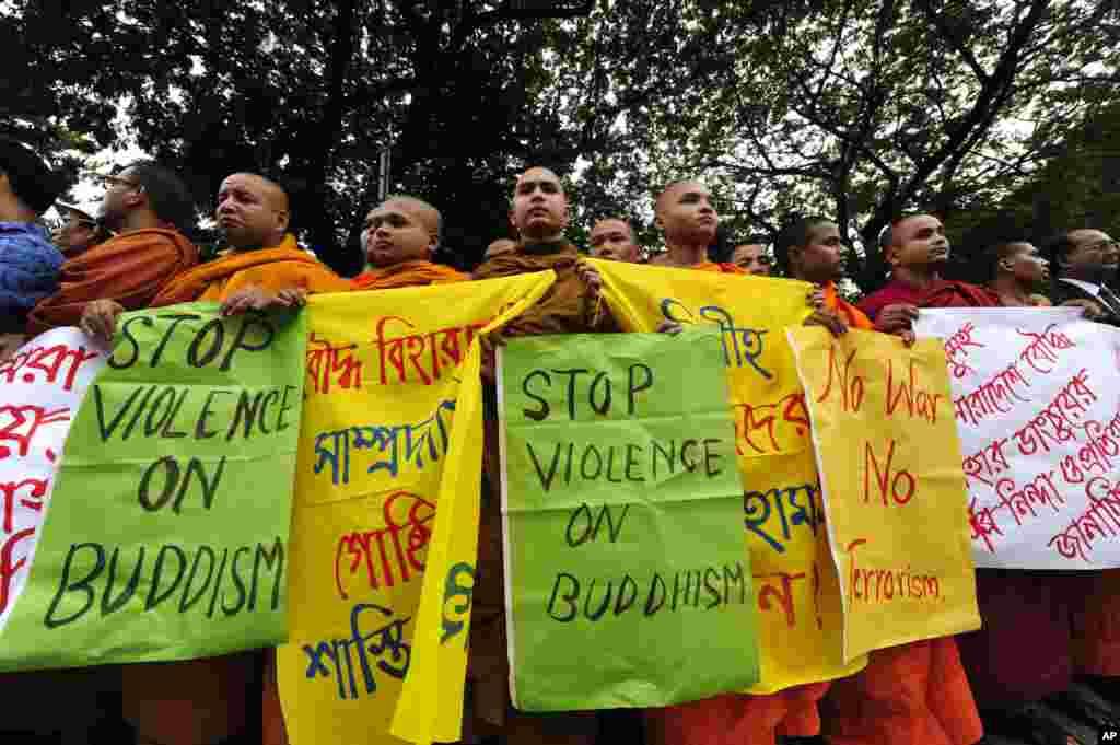 지난 달 방글라데시 시타공에서 회교도들의 불교 사원 공격에 대항해 시위 하고 있는 승려들.